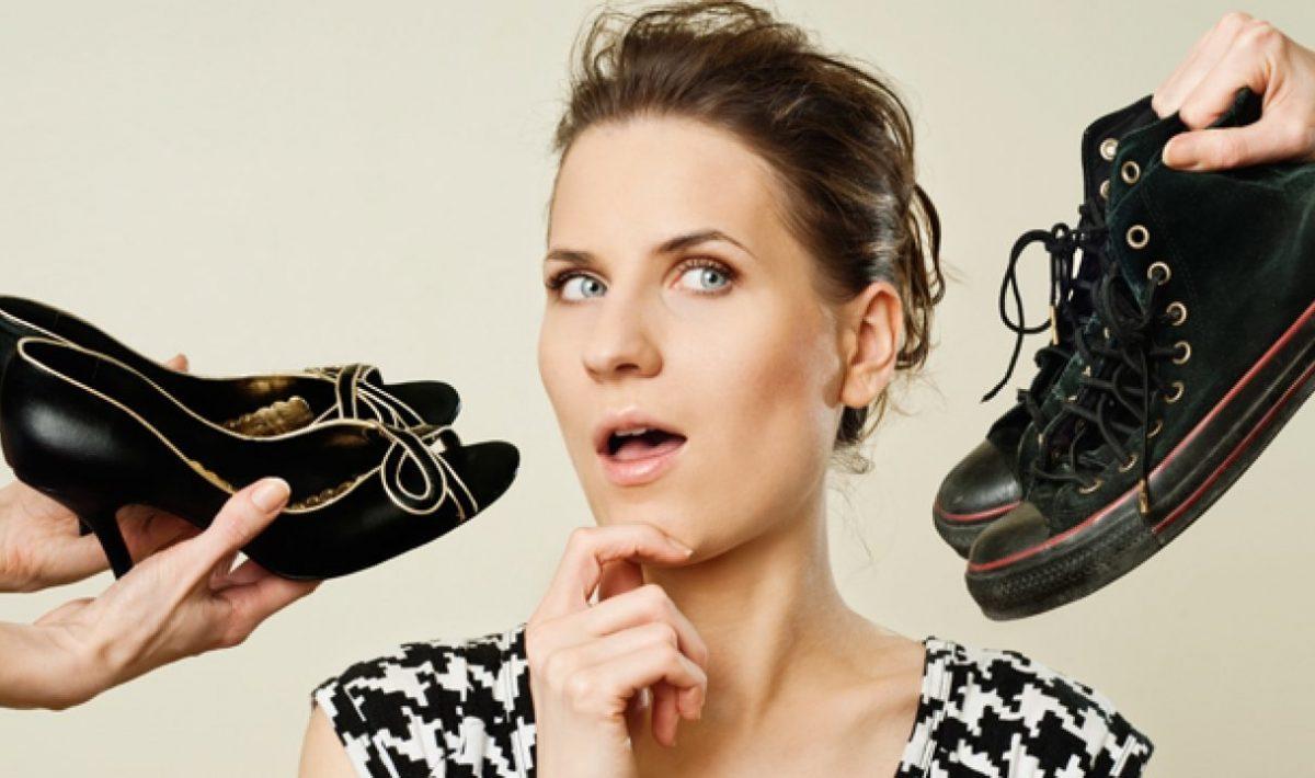 Mulher com dúvida para qual calçado deve viajar